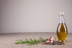 Olivenöl und Gewürze Stockfotografie