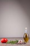 Olivenöl und Gewürze Stockbild