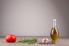 Olivenöl und Gewürze lizenzfreie stockfotografie
