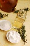 Olivenöl und Kräuter Stockbilder