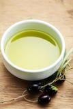 Olivenöl und Oliven Stockfotografie