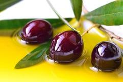 Olivenöl und Oliven Stockfoto
