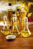 Olivenöl und Oliven auf hölzerner Tabelle lizenzfreies stockfoto