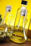 Olivenöl und Olivennahaufnahme stockbild