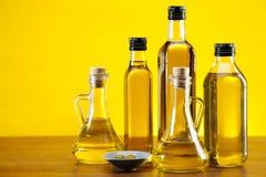 Olivenöl und Olivennahaufnahme stockfotos