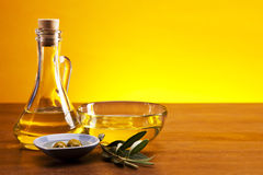 Olivenöl und Olivennahaufnahme lizenzfreie stockbilder