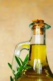 Olivenöl und Rosmarin stockbilder