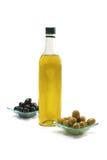 Olivenöl und schwarze Oliven Stockfotos
