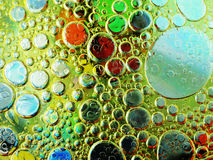 Olivenölblasen im Wasserabschluß oben Lizenzfreie Stockfotos