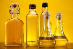 Olivenöle auf gelbem Hintergrund Stockbild