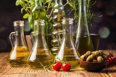 Olivenöle in den Flaschen mit ingriedients lizenzfreie stockfotografie