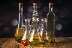Olivenöle in den Flaschen mit ingriedients lizenzfreie stockbilder