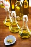 Olivenöle und Oliven lizenzfreie stockfotos
