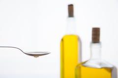 Olivenölflaschen auf weißem Hintergrund Lizenzfreie Stockfotos