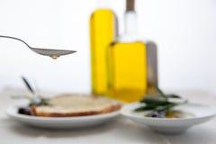 Olivenölflaschen auf weißem Hintergrund Stockbild