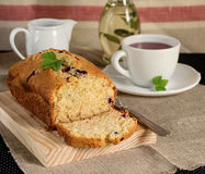 Olivenölkuchen mit Jogurt und Schwarzen Johannisbeeren Stockfoto