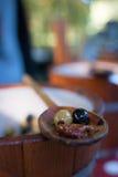 Oliven auf einem Löffel Stockbild