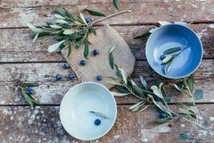 Oliven auf einer hölzernen Tabelle Lizenzfreie Stockfotos