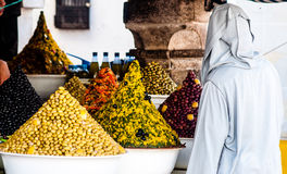 Oliven auf Markt in Essaouira in Marokko stockbild