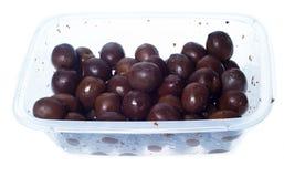 Oliven in der Plastikkastenoberfläche lokalisiert Stockfotos