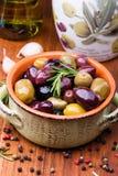 Oliven in der Schüssel lizenzfreie stockfotos