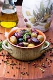 Oliven in der Schüssel stockbilder