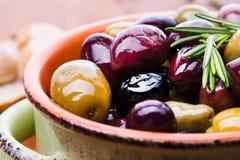 Oliven in der Schüssel lizenzfreies stockbild