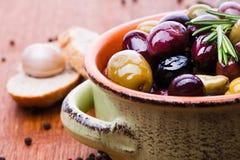 Oliven in der Schüssel lizenzfreie stockfotografie