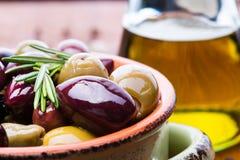 Oliven in der Schüssel lizenzfreies stockfoto