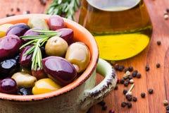 Oliven in der Schüssel stockbild