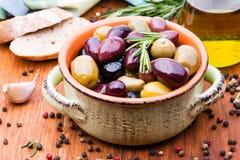 Oliven in der Schüssel stockfoto