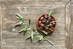 Oliven in einer Schüssel Lizenzfreies Stockfoto