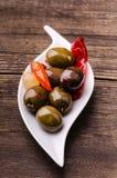 Oliven gewürzt mit würzigen Paprikas stockbild