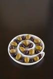 Oliven im gewundenen Teller Stockfotografie
