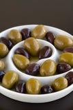 Oliven im gewundenen Teller Stockfotos