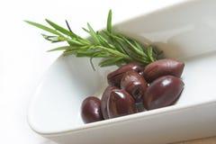 Oliven im Teller Stockfotos