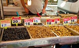 Oliven im traditionellen Markt in Kemer, die Türkei lizenzfreies stockbild