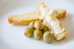Oliven mit Brot und Käse Lizenzfreie Stockfotos