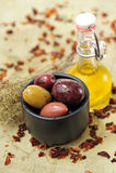 Oliven mit Olivenöl Stockbild