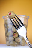 Oliven mit Pfeffer im Kasten Lizenzfreie Stockfotos