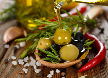 Oliven mit Rosmarin und Olivenöl Stockbild