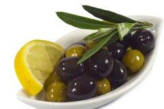 Oliven mit Zitrone Lizenzfreie Stockfotos