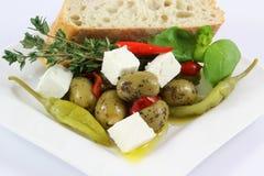 Oliven, Pepperonis, Pfeffer und Brot Lizenzfreie Stockfotografie