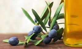Oliven und Ölivenöl. lizenzfreies stockfoto