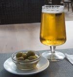 Oliven und Bier Stockfotos