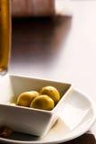 Oliven und Bier Lizenzfreies Stockfoto
