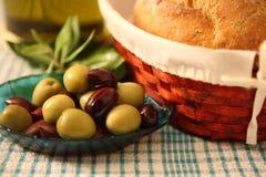 Oliven und Brotkorb Lizenzfreies Stockbild