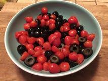 Oliven und Cherry Tomatoes Lizenzfreie Stockbilder
