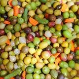 Oliven- und Essiggurkebeschaffenheitsnahrung Mittelmeer Stockfotografie