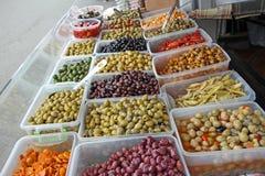 Oliven und rote Paprikas Lizenzfreie Stockbilder